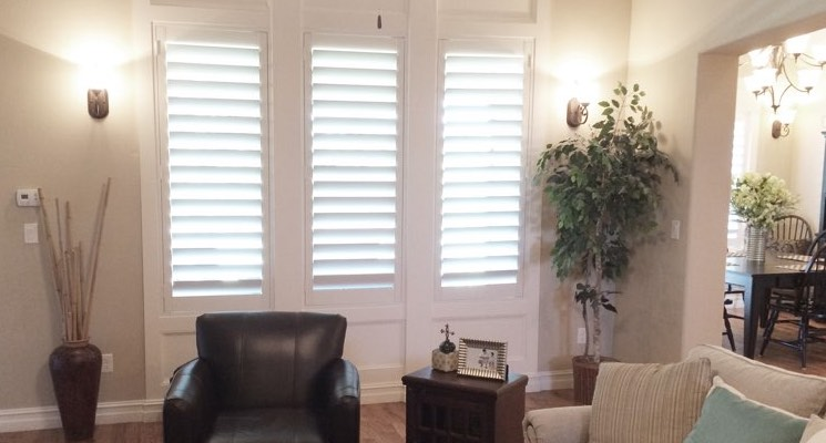 Kingsport family room white shutters